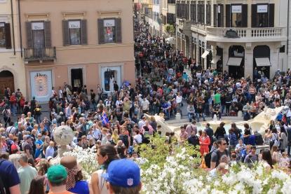Crowds around the Spanish Steps